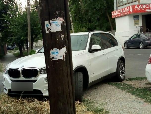 «Царская» парковка автохама на BMW поперек пешеходной тропы привела в бешенство ростовчан