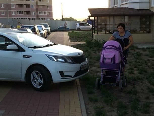 Нагадить на капот перекрывшему тротуар автохаму готовы вступившиеся за мать с коляской ростовчане