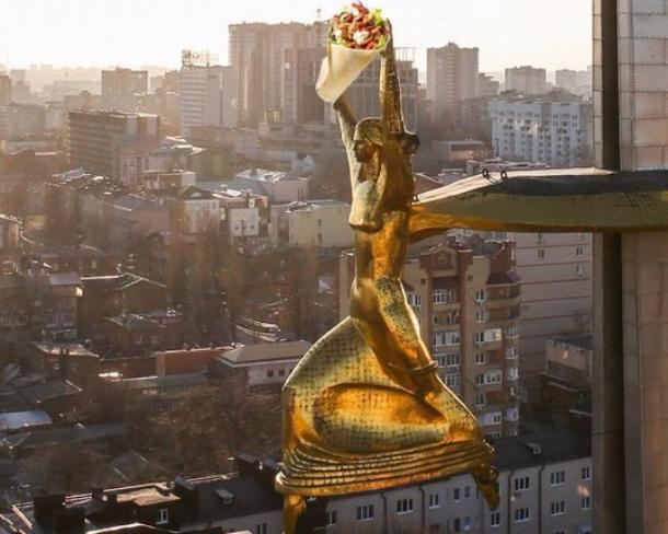 Продавцы осквернили шаурмой богиню Нику на стеле «Освободителям Ростова»