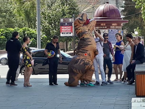 Популярную свадьбу с Годзиллой сыграли в центре Ростова
