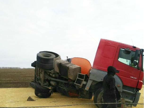 Многотонный зерновоз перевернулся на трассе в Ростовской области