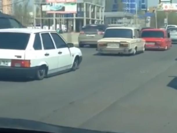 Парадный выезд трех тюнингованных «шедевров» довел до истерики автомобилистов в Ростове