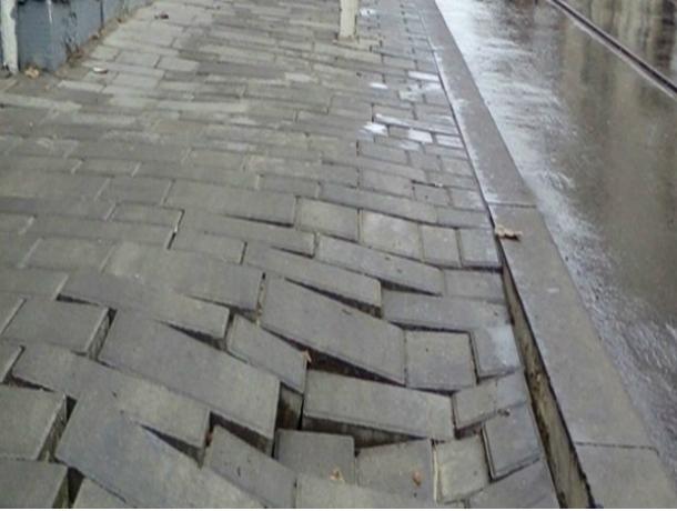 Прошедший дождь размыл новенькую плитку на Станиславского