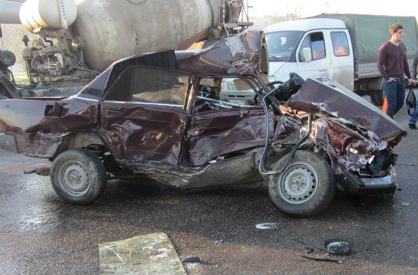 Вжутком ДТП под Ростовом бетономешалка раздавила легковую машину сводителем