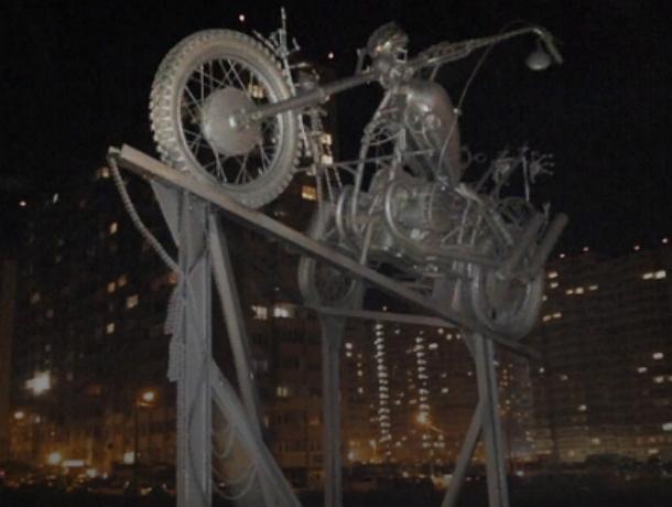Оригинальный арт-объект «Навстречу ветру» соорудили активисты на «аллее байкеров» в Ростове