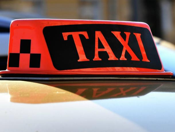 Двое мужчин и женщина получили травмы в массовом ДТП с машиной такси в Ростовской области