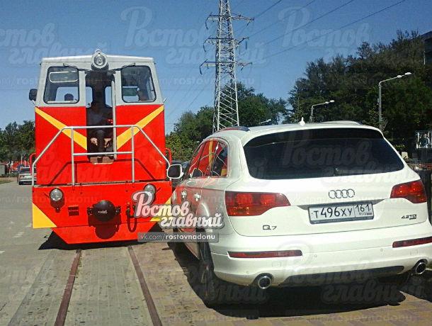 Автохам на иномарке припарковался на железнодорожных путях и ушел кутить в Ростове