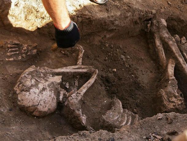 Скелет меотки с бигудями и зеркальцем нашли во время раскопок в Ростове