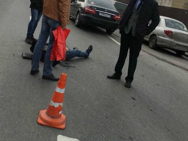 Подросток получил травмы под колесами автомобиля, переходя дорогу на «зеленый» в Ростове