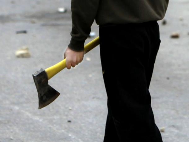 Хулиганы напали на женщину с топором и отрубили ей кончик носа в Ростове