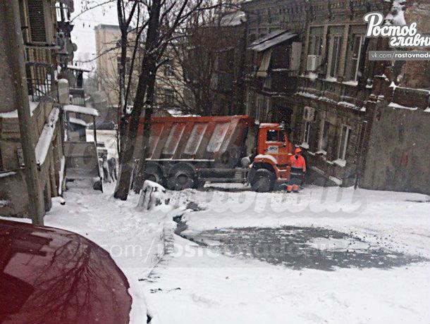 Водитель «КамАЗа» не справился с управлением и влетел в жилой дом в Ростове