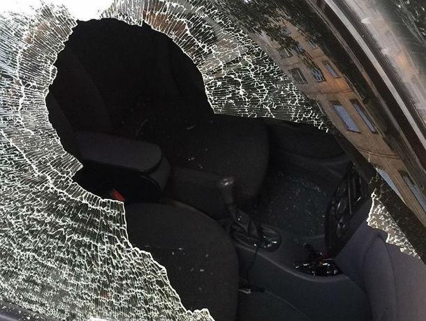 ВРостове неизвестный разбил стекло иномарки Hyundai бутылкой водки