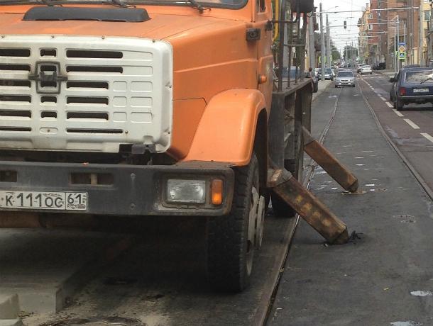 Свежий асфальт на улице Станиславского в Ростове провалил испытание «неуклюжим» грузовиком