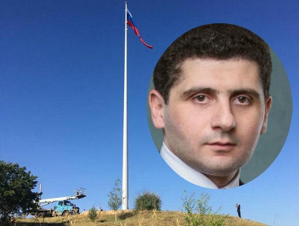 Депутат донского парламента подарил выпускникам самый высокий флагшток в регионе