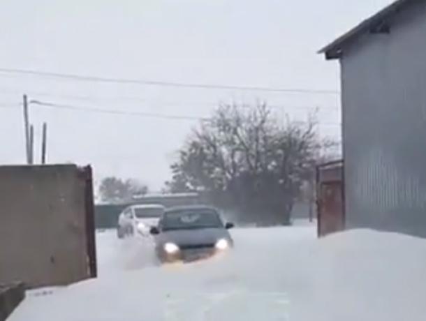 Прорывающиеся с боем сквозь огромные снежные сугробы легковушки в Ростове попали на видео