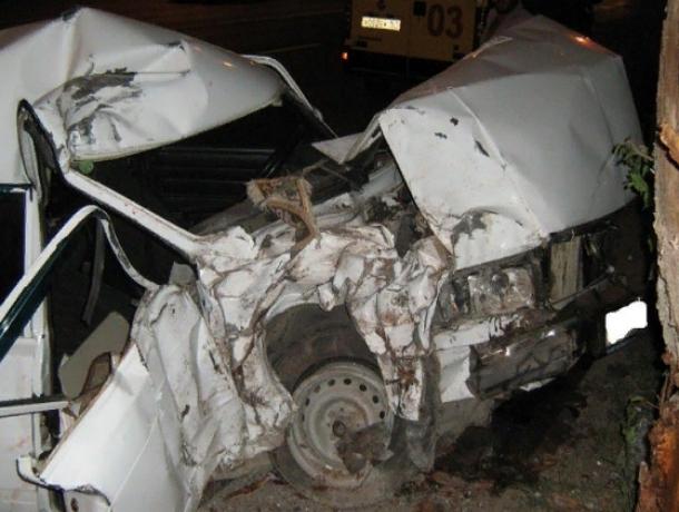 Водитель ВАЗа впал в кому после одиночного ДТП с деревом в Ростовской области