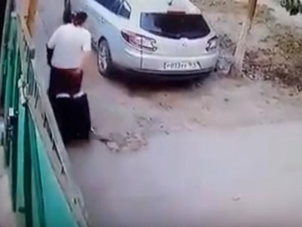 Профессиональную прокольщицу шин неугодных автомобилей поймали на видео под Ростовом