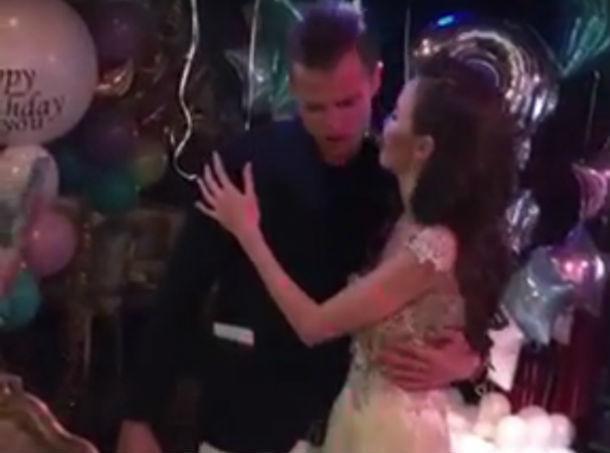 Роковая красотка из Ростова в объятиях влюбленного Дмитрия Тарасова попала на видео