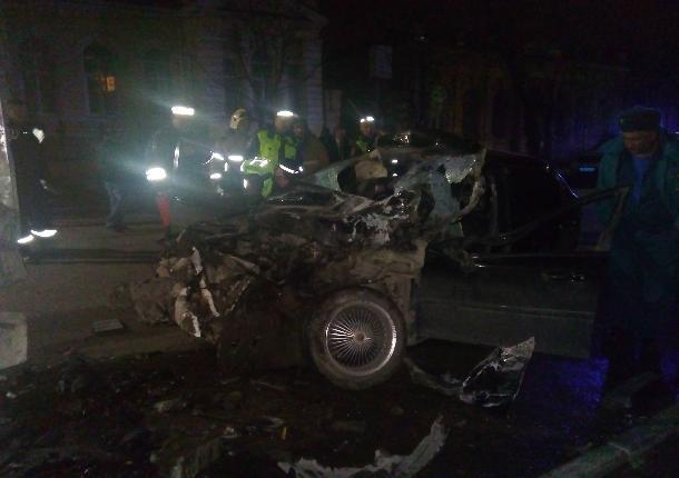 В Таганроге легковушка протаранила тяжелый грузовик