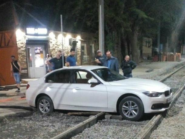 Испытавшая «недоделанную» дорогу в центре Ростова автоледи «насмерть» застряла на трамвайных рельсах