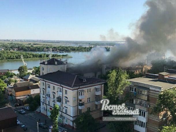 Едким дымом окутало жилой дом, пылающий в центре Ростова