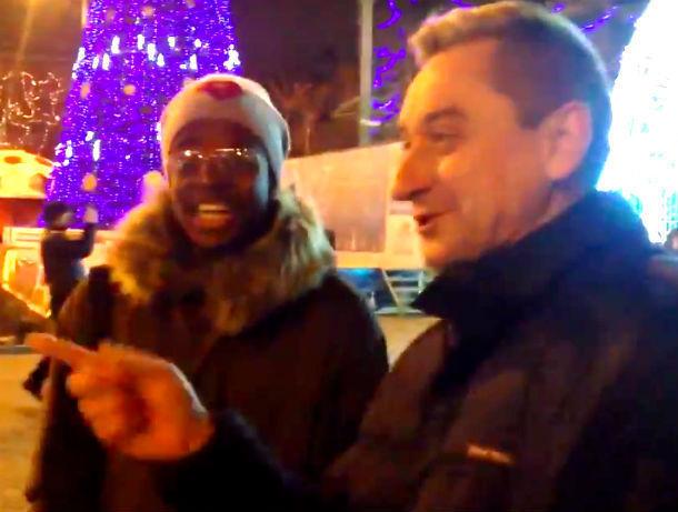 Веселые иностранцы показали на видео, как мужчины на улице Ростова научили их пить алкоголь