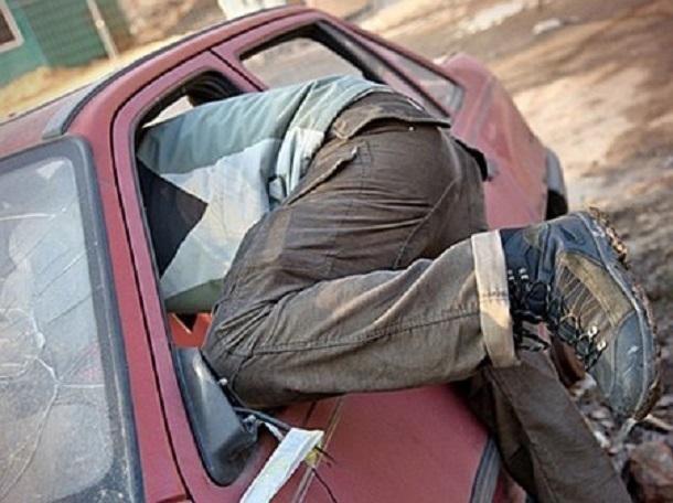 ВТаганроге молодой рецидивист похитил изавтомобиля аккумулятор