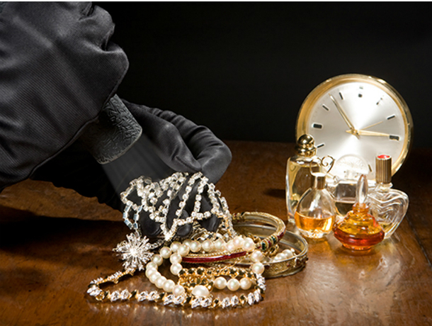 Молодой злоумышленник вынес из квартиры ростовчанки золото на 200 тысяч рублей