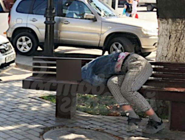 Отрубившиеся на скамейках девочки «под кайфом» ужаснули ростовчан в центре города