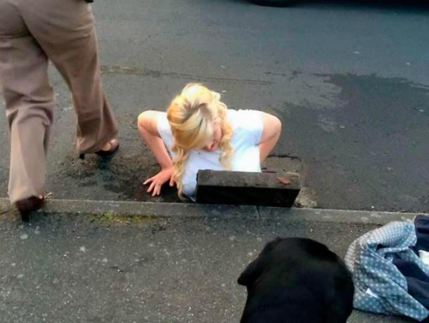 Женщина получила травмы, провалившись под землю на пешеходном переходе Ростова