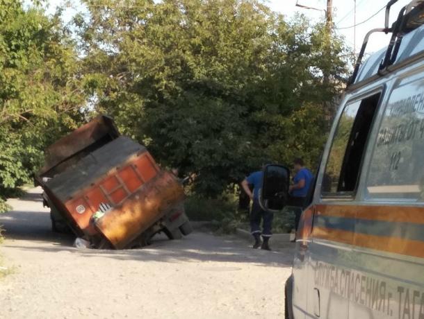 Огромный мусоровоз «затонул» аки Титаник в зыбучем асфальте под Ростовом