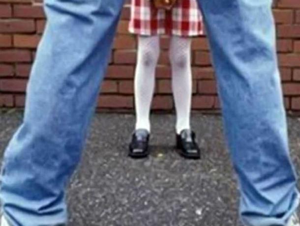 Изнасиловавшего школьниц худощавого педофила в белой рубашке разыскивают в Ростовской области