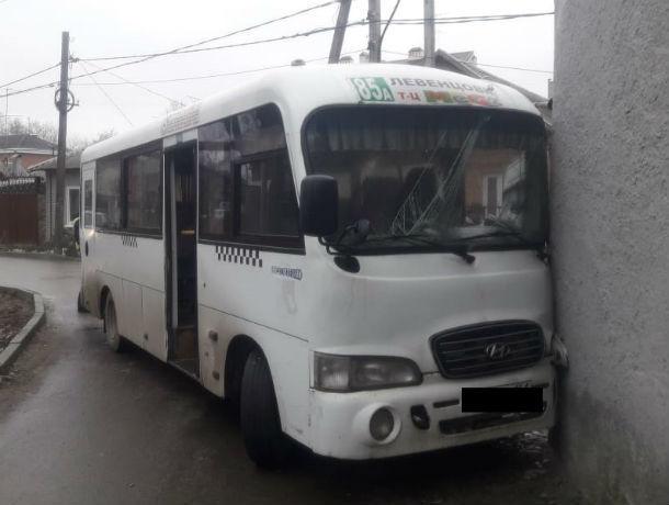 Бешеный маршрутчик на скользком льду угробил пассажиров о трансформаторную будку в Ростове