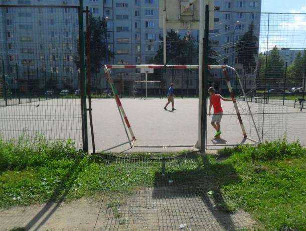 Футбольные ворота рухнули на голову мальчику на новенькой спортплощадке в Ростовской области