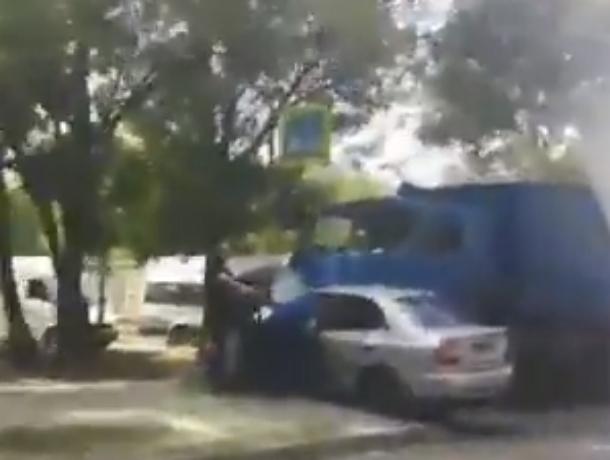 Жуткое ДТП с КамАЗом и зажатым в легковушке пассажиром в Ростове попало на видео