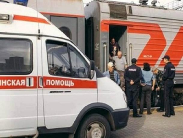 Запрыгивавшая в поезд на ходу женщина осталась без пальца в Ростовской области