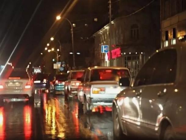 Попытавшаяся проскочить между фурой и легковушкой Skoda застряла и спровоцировала огромную пробку в Ростове