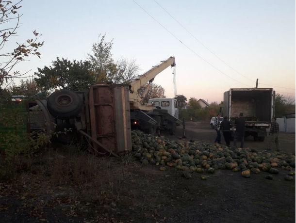 Хеллоуин отменяется: трактор, груженый тыквами, протаранил остановку в Ростовской области