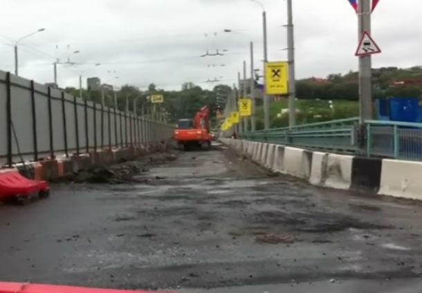 Измученные «адскими» пробками ростовчане сняли на видео медленный ремонт моста Стачки