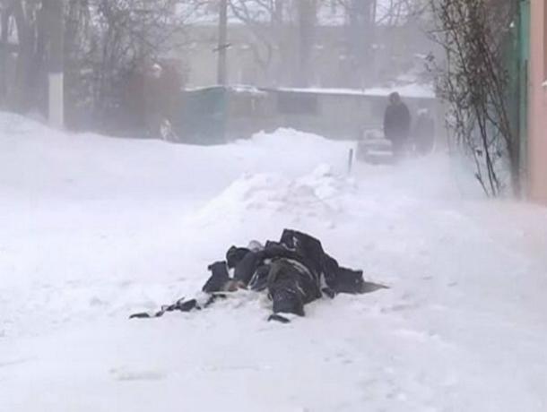 Мужчина потерял сознание и насмерть замерз на заснеженной улице в Ростовской области