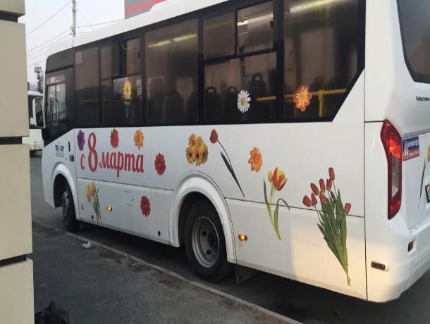 В честь 8 марта на один из маршрутов Ростова вышел праздничный автобус