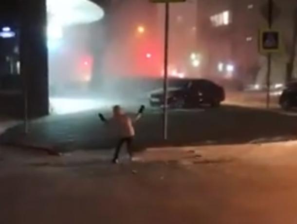 Уносимые штормовым ветром прохожие на заснеженной улице Ростова попали на видео