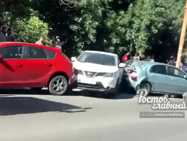 В Ростове в массовом ДТП разбились пять автомобилей