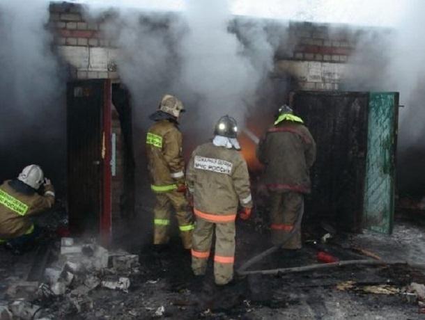 Четыре автомобиля уничтожил мощный ночной пожар в Ростове