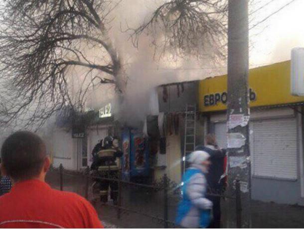 Крупный пожар на центральном рынке Азова начался с закусочной