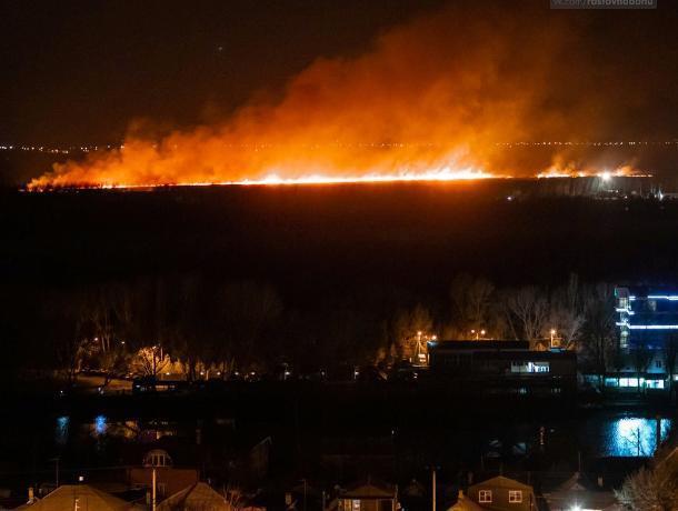 В Ростове на левом берегу Дона возник сильный ландшафтный пожар