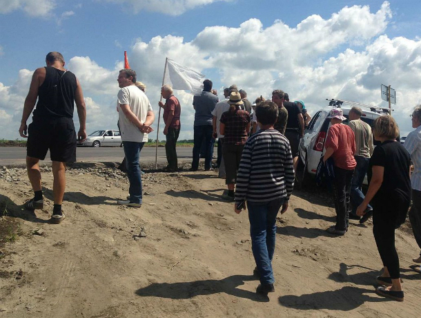 Массовый протест отрезанных от цивилизации новой трассой садоводов под Ростовом попал на видео