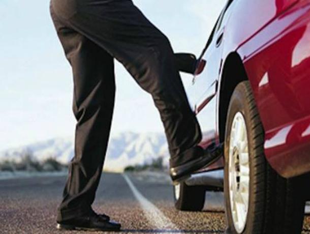 Обиженный мужчина на сто тысяч рублей отпинал иномарку бывшей супруги на парковке Ростова