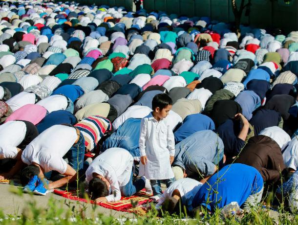 Несколько тысяч ростовских мусульман сегодня отметили Курбан Байрам на улице