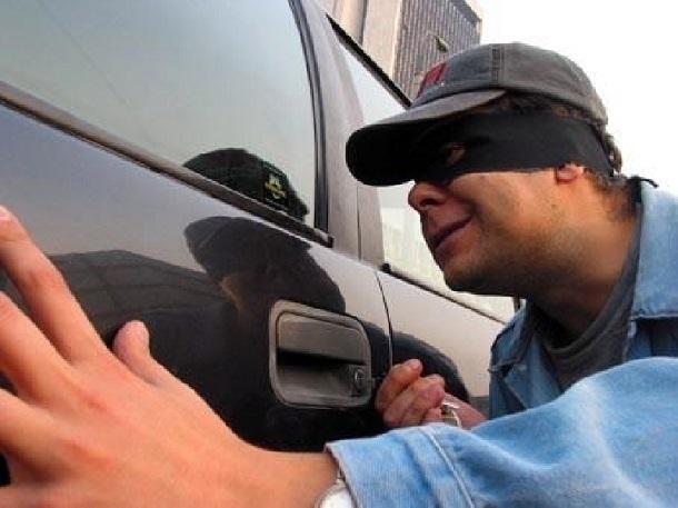 Покупатель-мошенник угнал Инфинити из автомобильного салона вРостове
